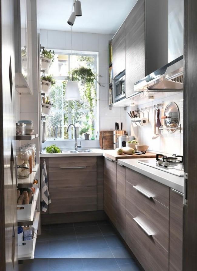 Un évier près de la fenêtre et de nombreuses armoires et étagères est une option pour une petite cuisine
