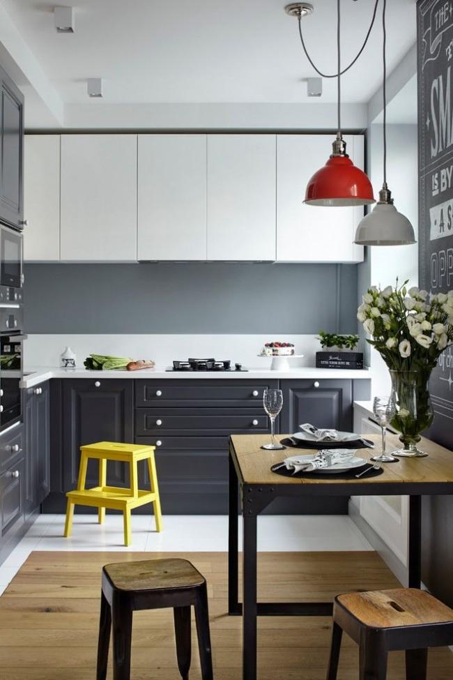 Petite cuisine moderne avec un mobilier lumineux