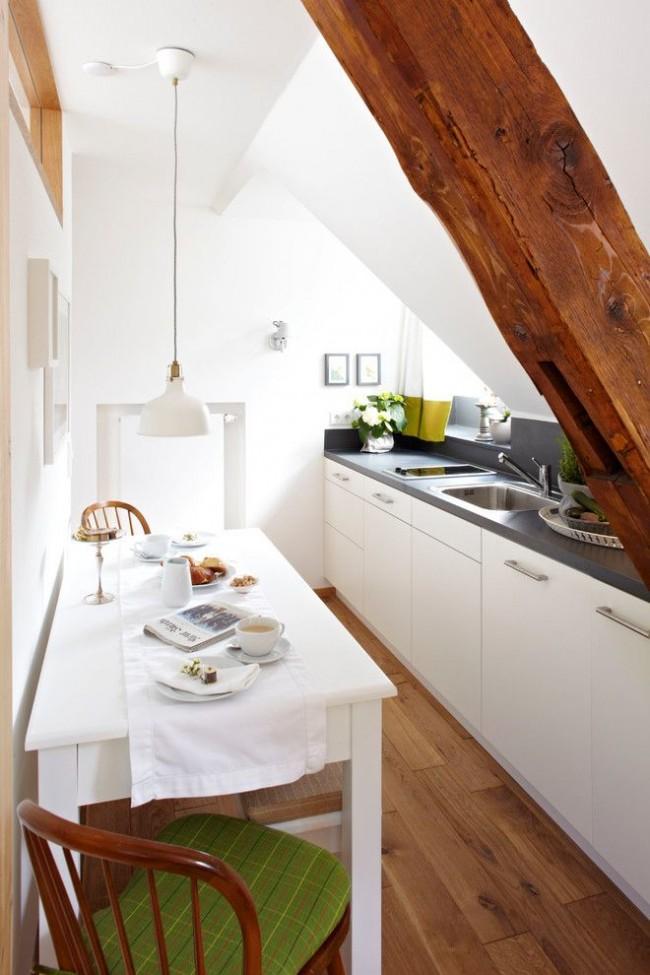 Style scandinave dans une petite cuisine dans le grenier