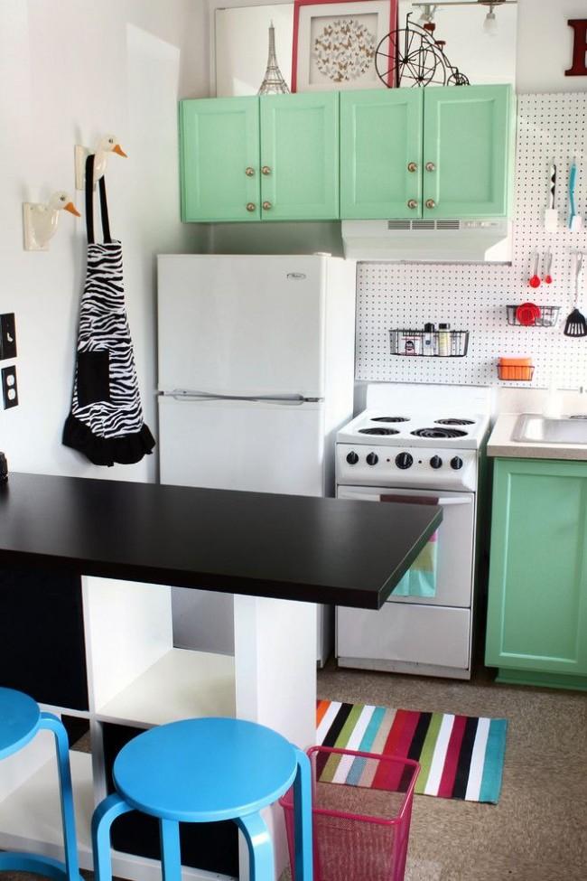 Hotte aspirante plate dans une petite cuisine de style éclectique