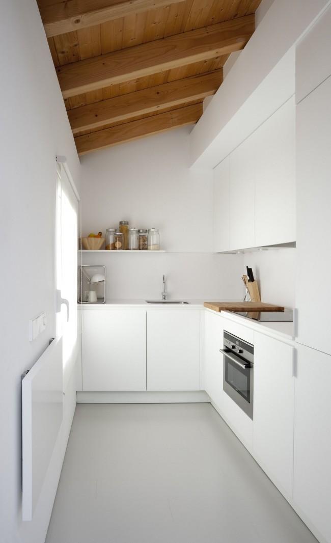 Lorsque vous résolvez le problème de l'équipement d'une petite cuisine, n'oubliez pas la couleur blanche - elle agrandit visuellement l'espace