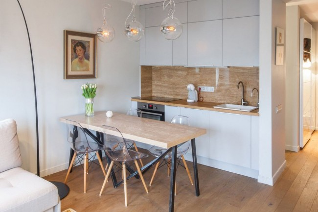 Cuisine-studio divisée par une table à manger