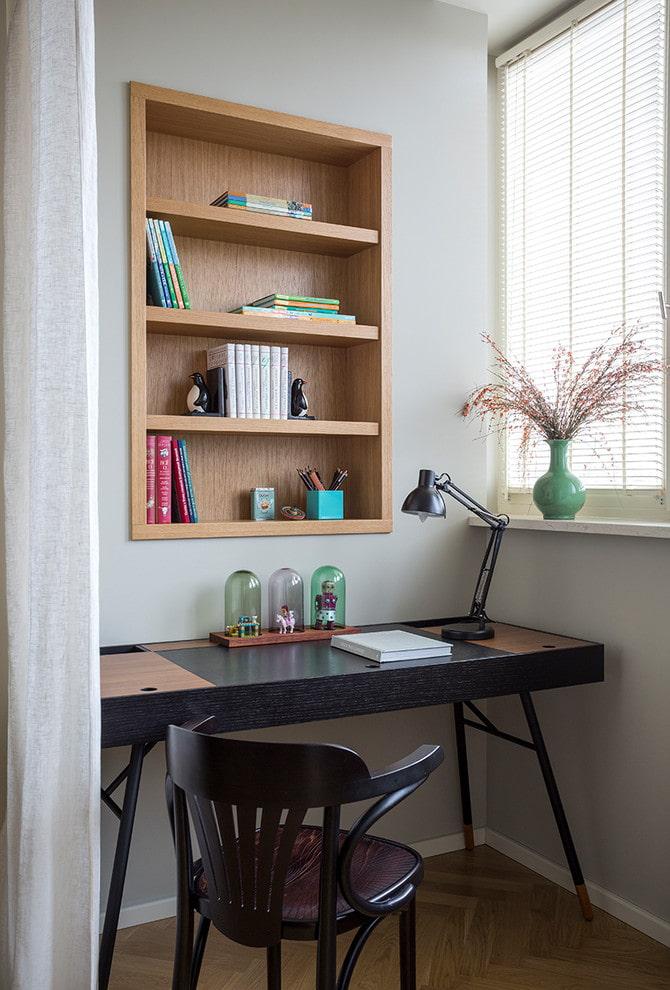 bureau pour écrire avec étagères à l'intérieur