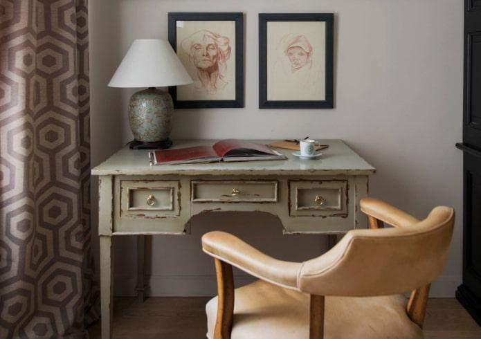 table d'écriture antique à l'intérieur