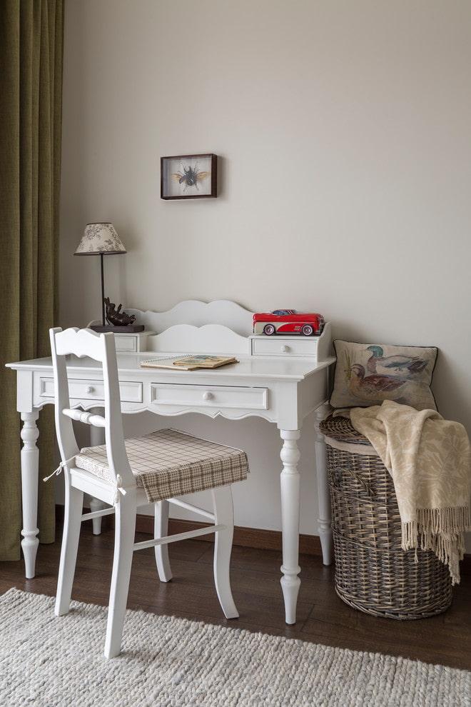 table à écrire blanche à l'intérieur
