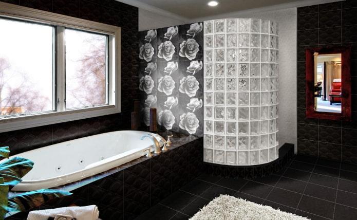 carrelage noir à l'intérieur de la salle de bain