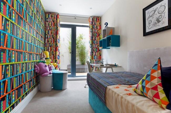 Une petite pièce étroite avec tout le nécessaire pour le confort d'un écolier.  Un mur ici est entièrement tapissé de papier peint avec un motif répétitif brillant.