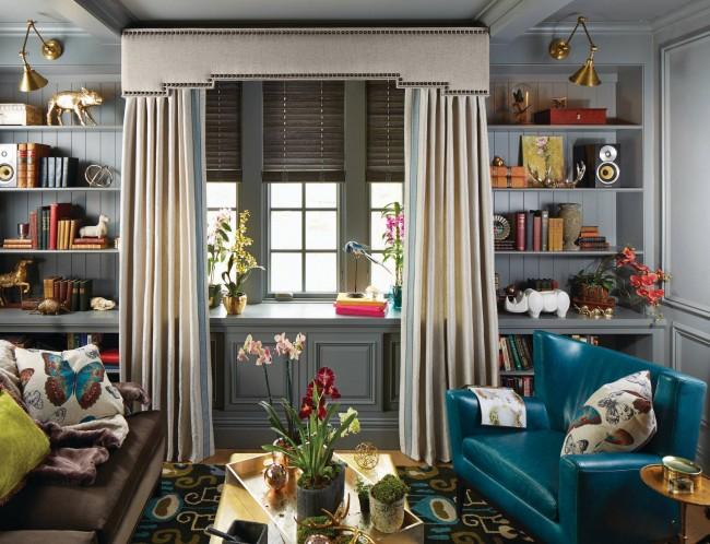 Le stockage vertical et les étagères étroites pour les livres, les souvenirs et les décorations d'intérieur attirent l'œil vers le haut et réduisent la quantité de mobilier nécessaire