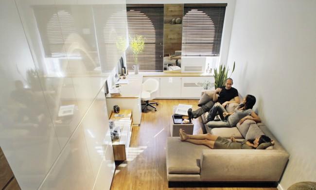 Meubles de rangement blancs avec des façades satinées (dans certains cas également brillantes);  meubles rembourrés autour du périmètre de la pièce - une recette presque universelle