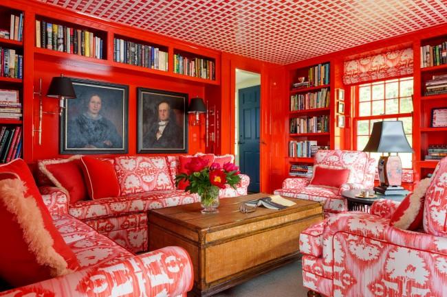 Bibliothèque séparée de 18 m².  m avec un choix audacieux de rouge vif comme couleur principale pour les murs, les plafonds et les meubles