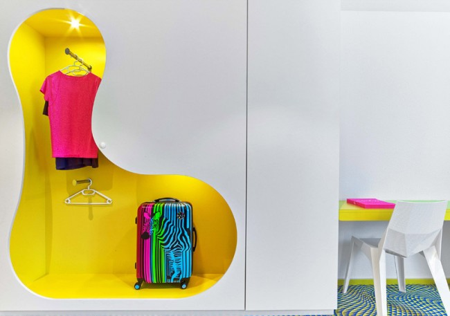 Une penderie-penderie lumineuse est une expérience amusante de Karim Rashid.  Ici, le rangement des vêtements est affecté à la décoration de la pièce.