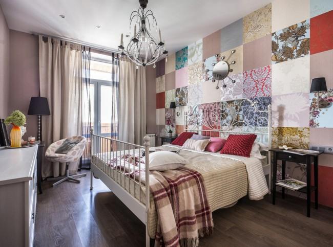 Petite chambre dans un style moderne, pour la décoration du mur d'accent dans lequel l'idée d'un patchwork a été utilisée