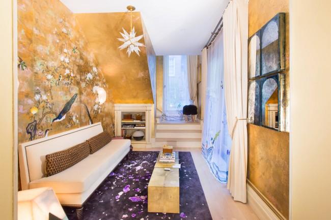 Envisagez une décoration murale non triviale dans une pièce étroite.  Il est possible que des peintures métallisées ou même du plâtre vénitien lui donnent un style unique.