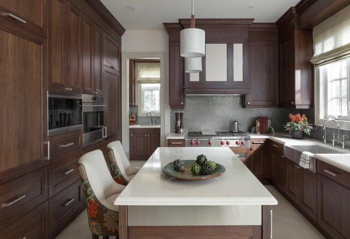 meubles et appareils électroménagers à l'intérieur de la cuisine dans des tons marron