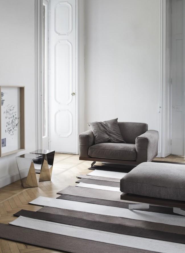 Tapis dans le salon qui correspond à la palette de couleurs globale de la pièce