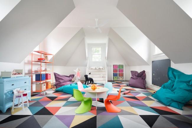 Motif géométrique sur un tapis lumineux dans une salle de jeux pour enfants