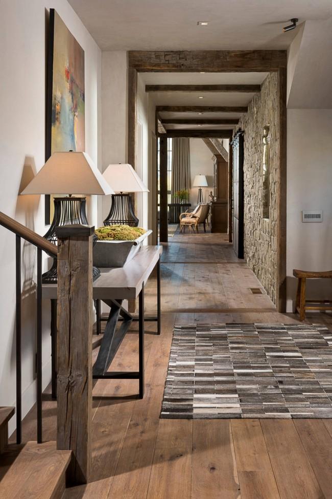 Un tapis dans le couloir, cousu à partir de morceaux de synthétiques dans des tons gris naturels