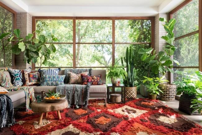 Motifs africains et couleurs d'argile brûlée et de sable dans une serre panoramique à la maison