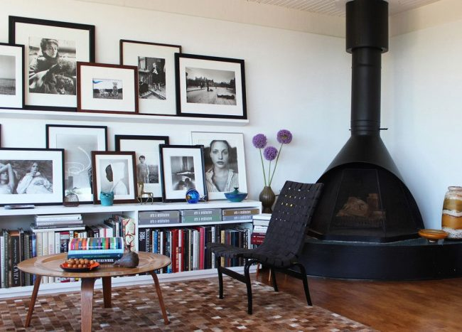 Photographies rétro en noir et blanc placées sur les étagères dans un cadre sombre