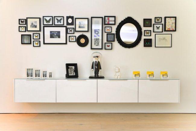 Intérieur moderne avec des cadres rectangulaires standard et des cadres circulaires originaux.  Le collage est placé au niveau des yeux du spectateur