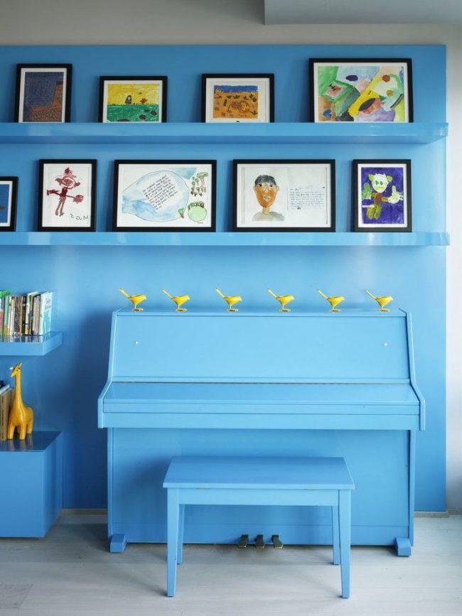 Dessins d'enfants dans des cadres laconiques et non saillants à l'intérieur avec une couleur prédominante commune