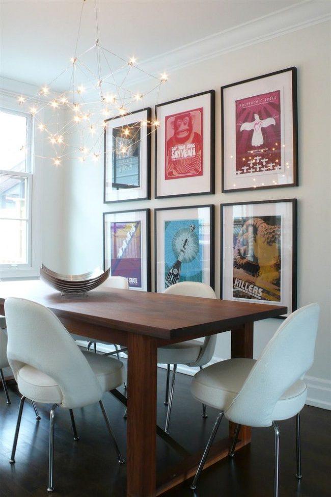 Photographies sous verre dans des cadres standards - décorer un mur central uni dans une salle à manger moderne