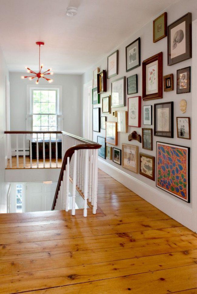 L'intérieur original de la maison avec une mini-exposition de photographies et d'œuvres d'art.  Les cadres sont variés en taille, forme, couleur, décor, etc.