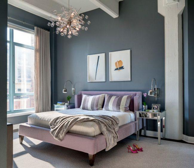Un diptyque uni par une idée commune - un accent d'un mur gris uni dans une chambre moderne