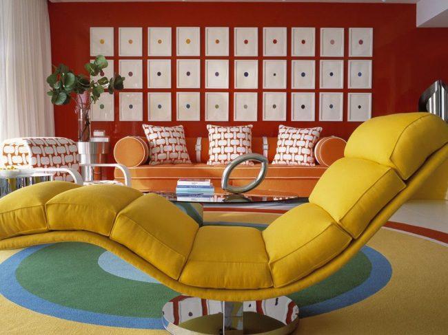 Salon de style Art Nouveau avec une série de peintures de couleurs différentes.  La composition crée une forme rectangulaire