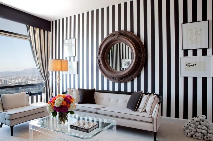 miroir au-dessus du canapé à l'intérieur du hall