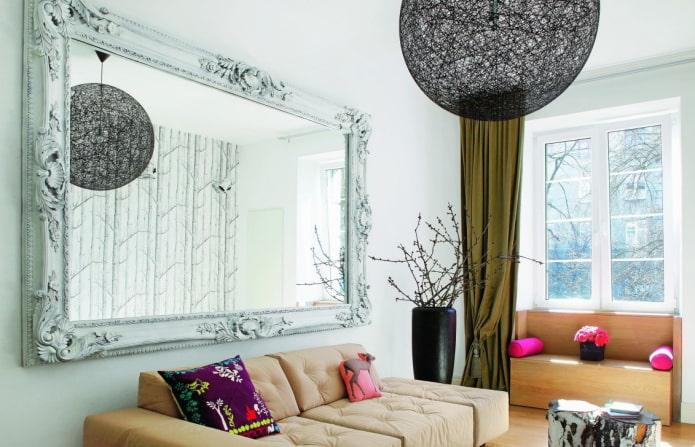 miroir dans un cadre à l'intérieur de la salle