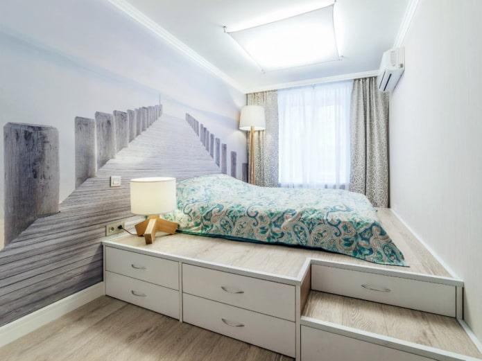 lustre au plafond à l'intérieur d'une petite chambre