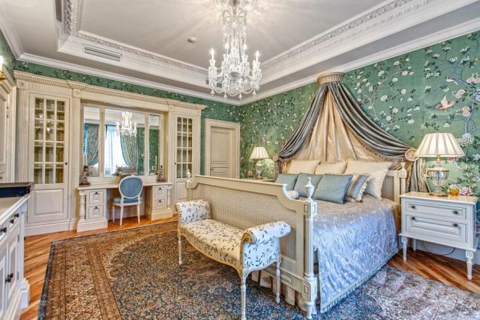 lustre au plafond à l'intérieur de la chambre dans le style classique