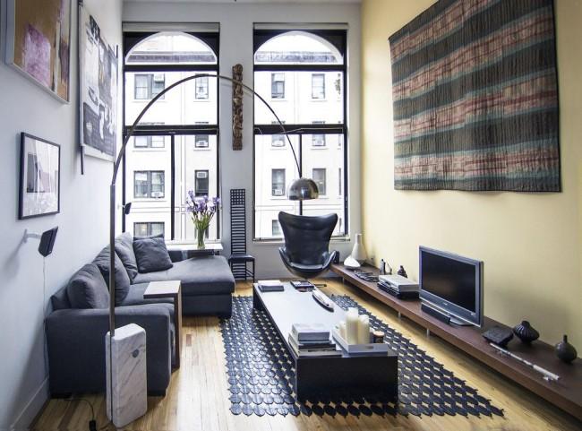Salon dans un style moderne avec de hautes fenêtres