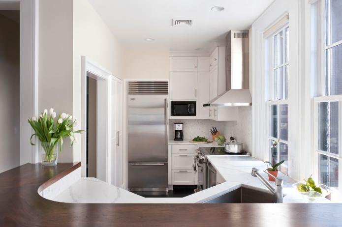 Plafond en plaques de plâtre à un niveau dans la cuisine