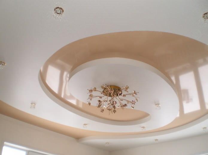 plafond en plaques de plâtre dans la cuisine à différents niveaux