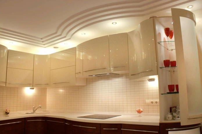 Plafond en plaques de plâtre à plusieurs niveaux dans la cuisine