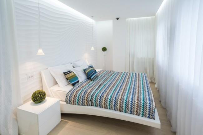 Le lit est positionné en travers, laissant ainsi un petit passage