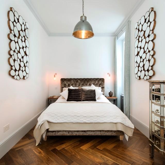 Une petite distance du lit au mur vous permettra de mettre les tables de chevet sur les côtés