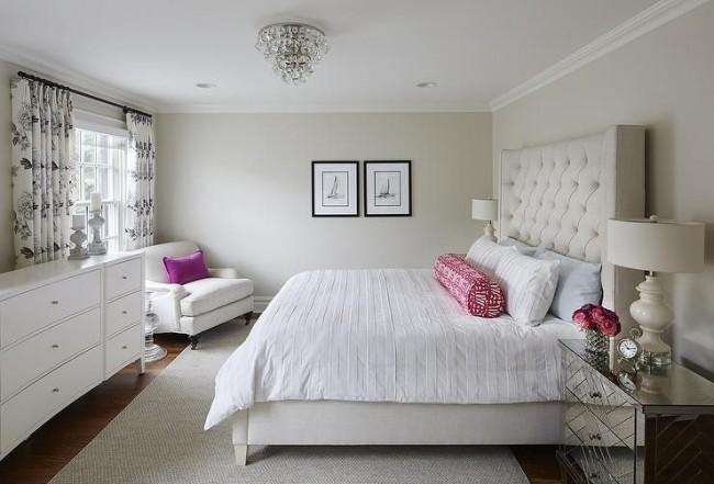 Les meubles sont positionnés avec une certaine courbure, arrondissant visuellement la pièce