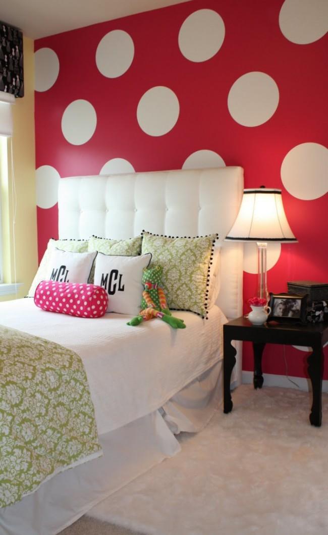 Une grande impression sur le papier peint augmentera également l'espace dans une petite pièce.