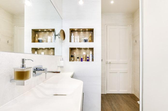 niches pour shampooings à l'intérieur de la salle de bain