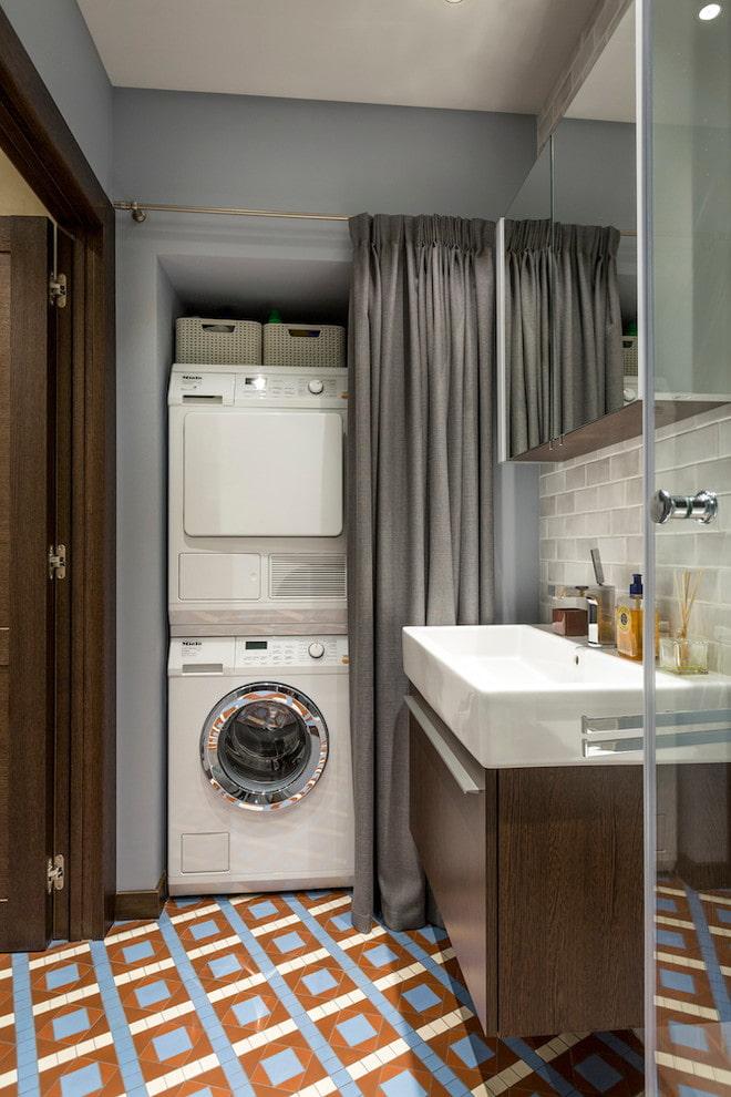 niche avec une machine à laver à l'intérieur de la salle de bain