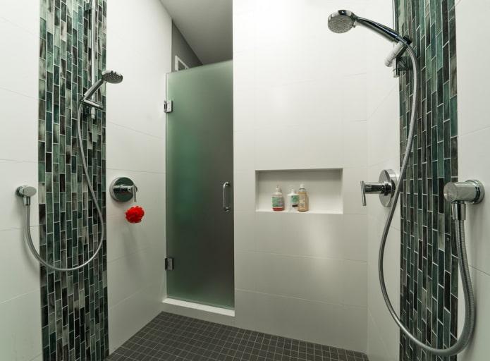 niche pour les shampooings à l'intérieur de la salle de bain