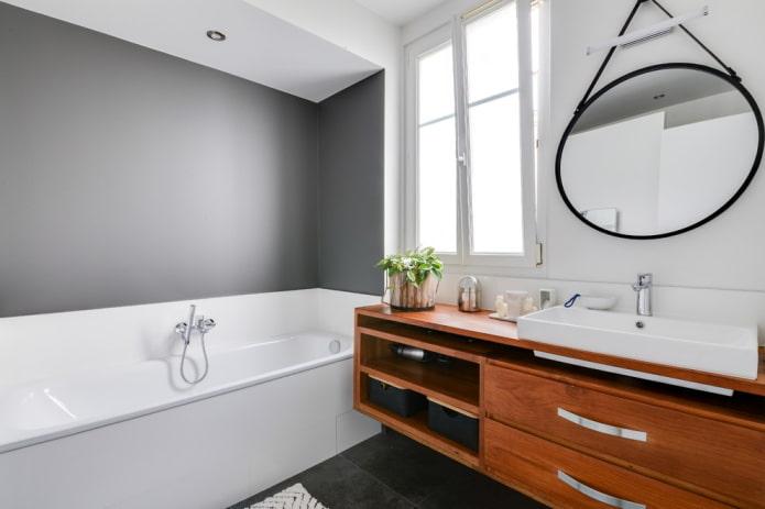 niche avec baignoire à l'intérieur de la salle de bain