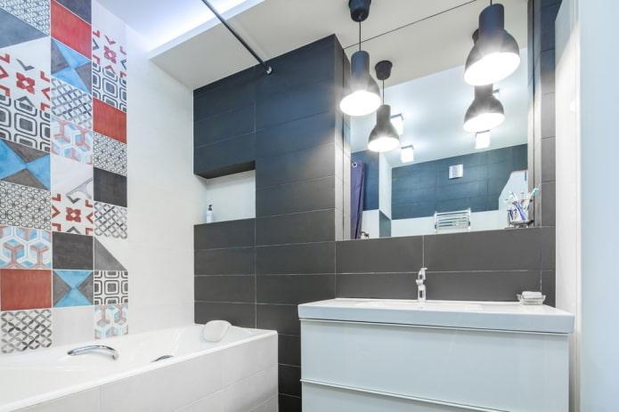 niche avec un miroir à l'intérieur de la salle de bain