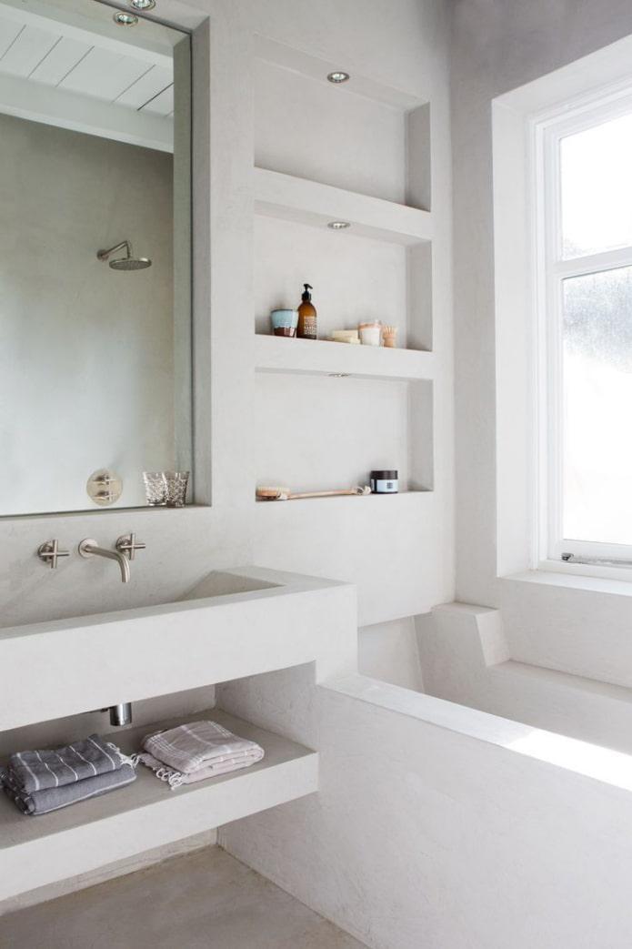 niches près du lavabo à l'intérieur de la salle de bain