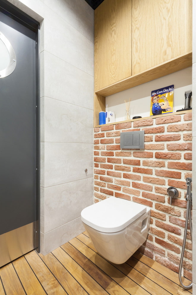 niche derrière les toilettes à l'intérieur de la salle de bain