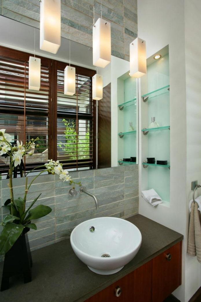 niche au-dessus de la salle de bain à l'intérieur