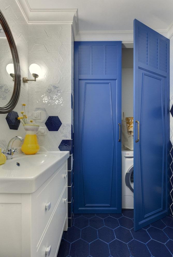 niche cachée à l'intérieur de la salle de bain